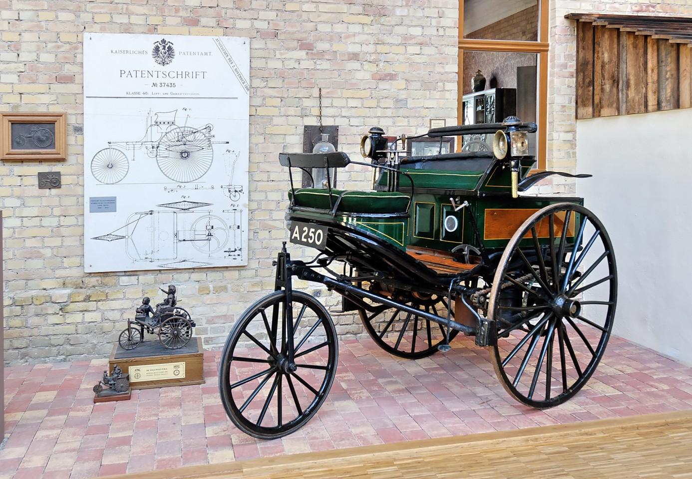 世界上第一辆汽车--1886年1月29日,卡尔-本茨在柏林的帝国专利局申请了第37435号专利--它被普遍认为是汽车的诞生证书