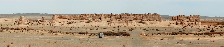 玉门关汉长城遗址,已在风沙中伫立了两千多年。摄影 李文博.jpg